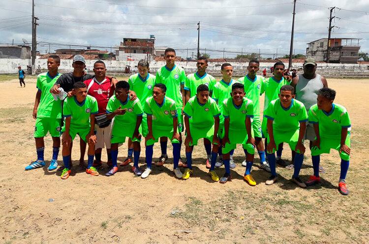 Equipe sub 17 do Jovem Mirim no campo dos Caducos.