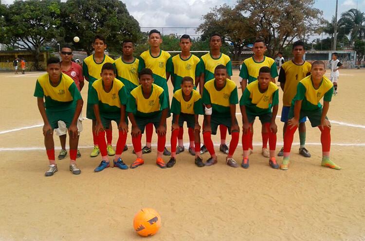 Equipe do sub 15 da Escolinha do Bilu, no campo da Sudene, RPA 6.