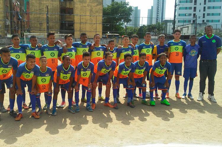 Equipe do sub 15 do Clube Esportivo União da Gávea, no campo do Bueirão, RPA 4.