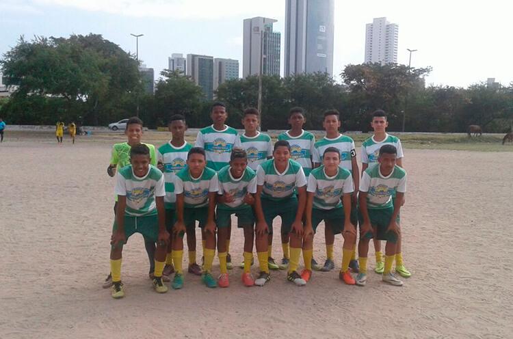 Equipe do sub 15 do Estrela do Norte, no campo da Joana Bezerra.