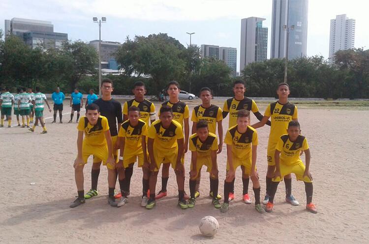 Equipe do sub 15 do Unibol F.C, no campo da Joana Bezerra.