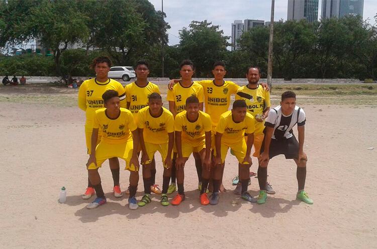 Equipe do sub 17 do Unibol F.C, no campo da Joana Bezerra.
