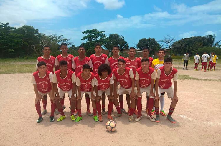 Equipe sub 17 da Escolinha do Náutico Núcleo Ipsep, no campo do Real Madrid do Ibura.