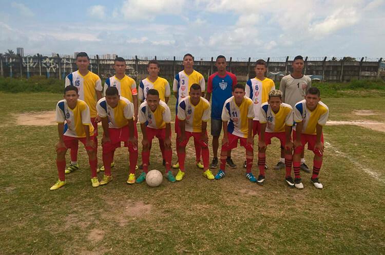 Equipe sub 17 do Mogi Mirim, no campo do Real Madrid do Ibura