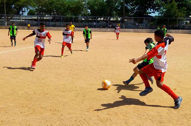 jogo entre as equipes do sub 15 do Atlético Santana x Futebol Recreativo Santiago, no campo da Campina do Barreto.