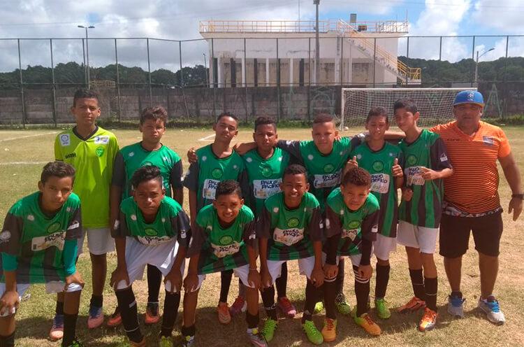 Equipe Sub-13 do Centro Esportivo do Pina no Campo Dancy Day