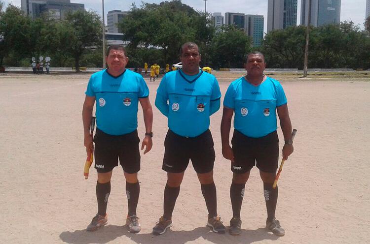 Trio de Arbitragem para a partida do sub 17, no campo da Joana Bezerra.
